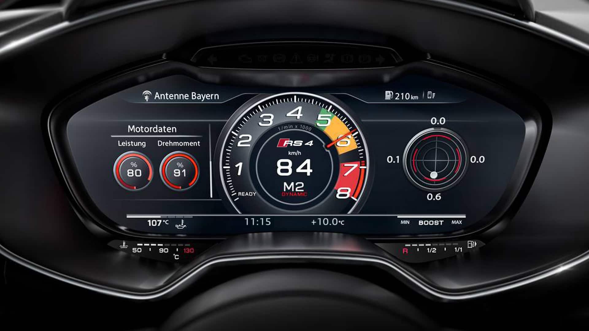 Среди особенностей места водителя Audi RS 4 Avant — виртуальная приборная панель Audi virtual cockpit и контрольная лампа, предупреждающая о необходимости переключения на более высокую передачу.