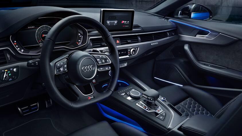 Спортивный руль, крупные подрулевые переключатели и карбон: интерьер Audi RS 4 Avant удовлетворит даже самых взыскательных поклонников бренда.